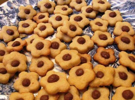 Receita de Biscoitinhos com Recheio de Chocolate - biscoitinhos ainda quentes, senão eles grudam e não soltam depois e coloque numa tela ou um prato para esfriar enquanto faz o restante. Esta...