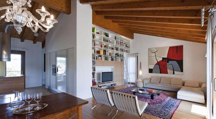 Un attico a Pordenone. Raffinatezza e design tra antico e moderno | RistrutturareOnWeb #attico #boiserie #arredo #vetrata #camino #traviinlegno