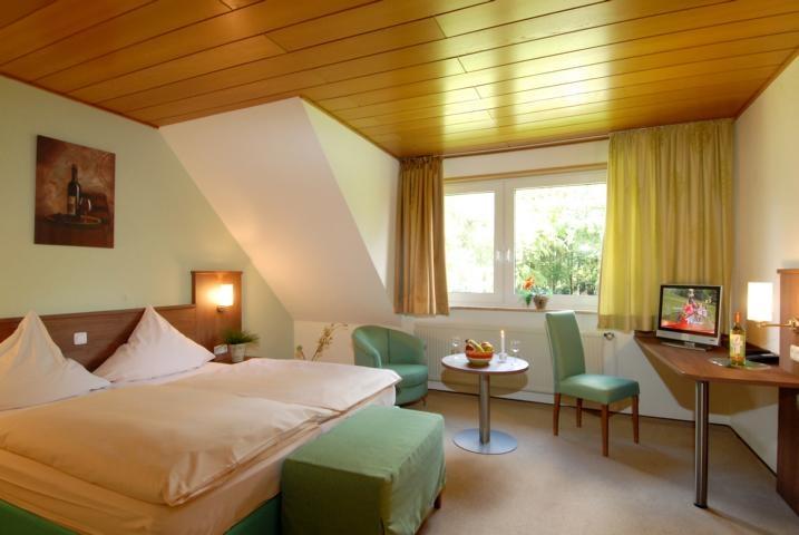 15 geräumige, komfortable Doppelzimmer, 6 komfortable Einzelzimmer mit Queensize-Betten (1,40m) und einem Appartment, bestehend aus zwei Zimmern mit Verbindungsgang, Bad/WC, Zustellbett möglich.  Alles ausgestattet mit Dusche/WC, Telefon, Schreibtisch, Flachbild-TV, kostenfreiem Wireless-LAN, die Einzelzimmer sind auch als Zweibettzimmer mit getrennten Betten verfügbar. Unser Haus verfügt über einen Nichtrauchertrakt mit dem Grossteil der Zimmer und einem Rauchertrakt,so dass beides buchbar…
