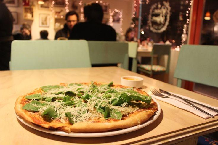 #GuiaAlmagro te invita a visitar Pícara Pájara, una alegre pizzería ubicada en San Miguel, que te sorprenderá con sus preparaciones hechas a mano.   http://www.almagro.cl/laguiaalmagro/2015/05/delicioso-cantar-de-la-picara-pajara/
