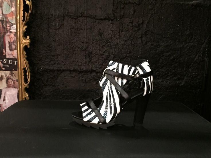 Bellissimo sandalo con fantasia zebrata e tacco alto. #Roma #shopping #bcomebellezza #fashion #scarpe