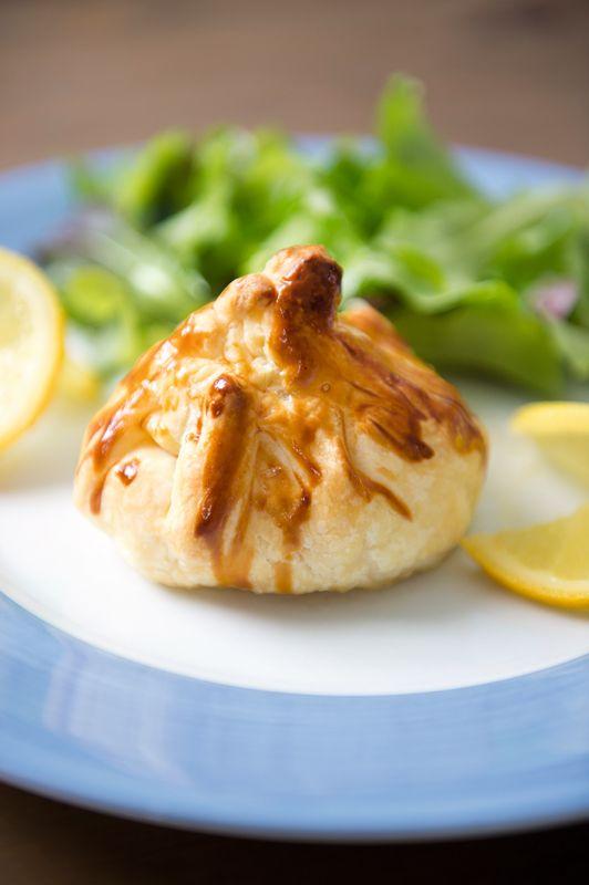 1. Verwarm de oven voor op 200°C. 2. Rol het bladerdeeg open en snij in 4 stukken. 3. Snij de brie in stukjes van 40 g. 4. Snij de zalm in 3 stukjes. Snij het ontbijtspek in reepjes. Bak de spekreepjes in een hete pan met antikleeflaag. 5.