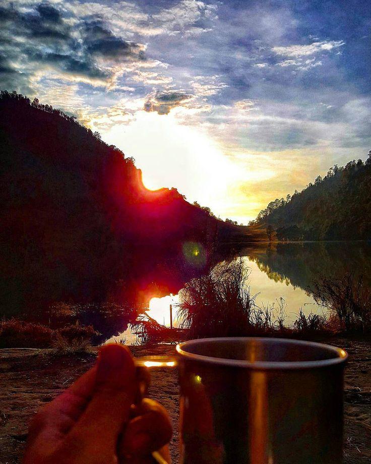 From @dennisdiharjaya . . Di tengah suhu yang dingin ada secangkir minuman panas yang menghangatkan. Sruput nikmatnya. Sesederhana itu arti dari nikmat? Bersyukur adalah kunci dari nikmat. Selamat pagi Indonesia.   Lokasi: Ranu Kumbolo Taman Nasional Bromo Tengger Semeru Jawa Timur Indonesia