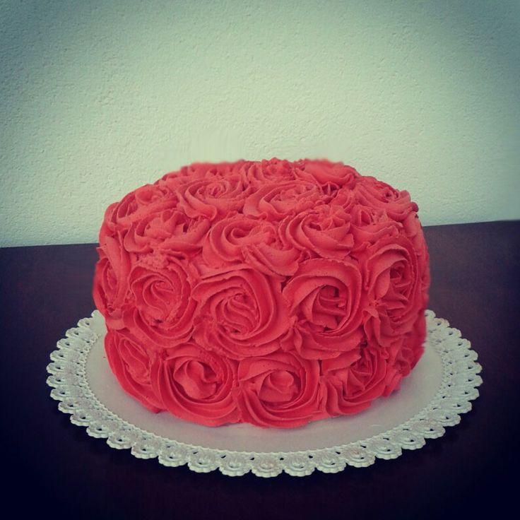 Torta con rose rosse di panna