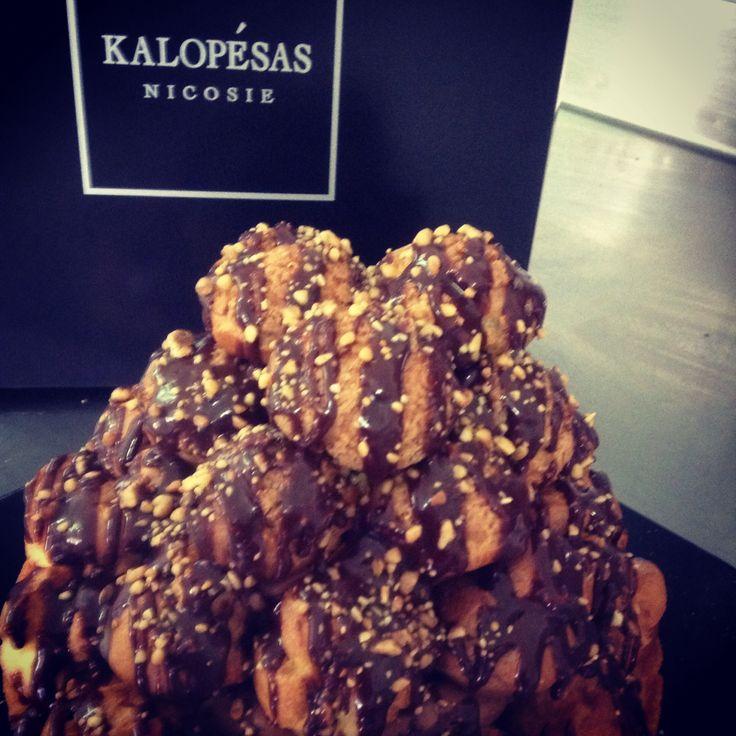 Προφιτερόλ 2014! Από την καινούργια μας σύλλογη σημερα σας παρουσιάζουμε το μοναδικό αυτό γλυκό. Φτιάχνεται από κρέμα σοκολάτας και σουδάκια με κρέμα Πατισσερί βανίλιας! Τιμή €18.00