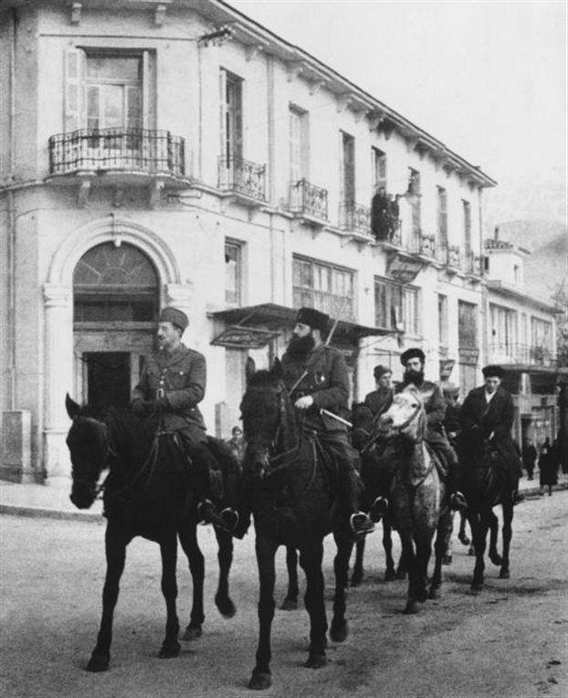 Τα «ναι μεν, αλλά» του ΚΚΕ για τον Αρη Βελουχιώτη:Ο Αρης Βελουχιώτης και ο Στέφανος Σαράφης, έφιπποι στα Ιωάννινα, 28 Δεκεμβρίου 1944. Φωτογραφία του Κώστα Μπαλάφα
