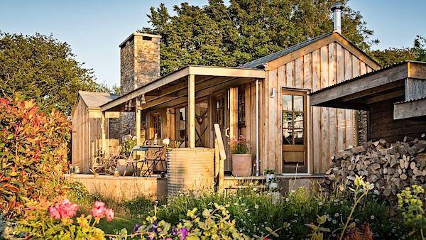 Syrový půvab srubu a okolní romantická krajina Cornwallu jsou dokonalým receptem pro netradiční dovolenou o samotě či ve dvou.