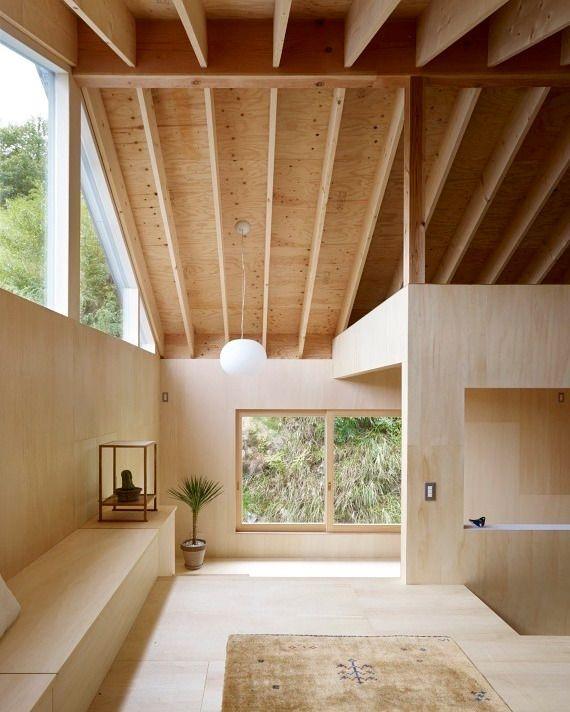 デザイン性をもたせた天井の梁と合板で仕上げたシンプルナチュラルな