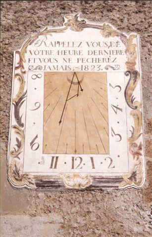 Cadran solaire sur la façade de l'église Saint Sébastien datant du 16ème siècle.de Plampinet est un hameau de Névache