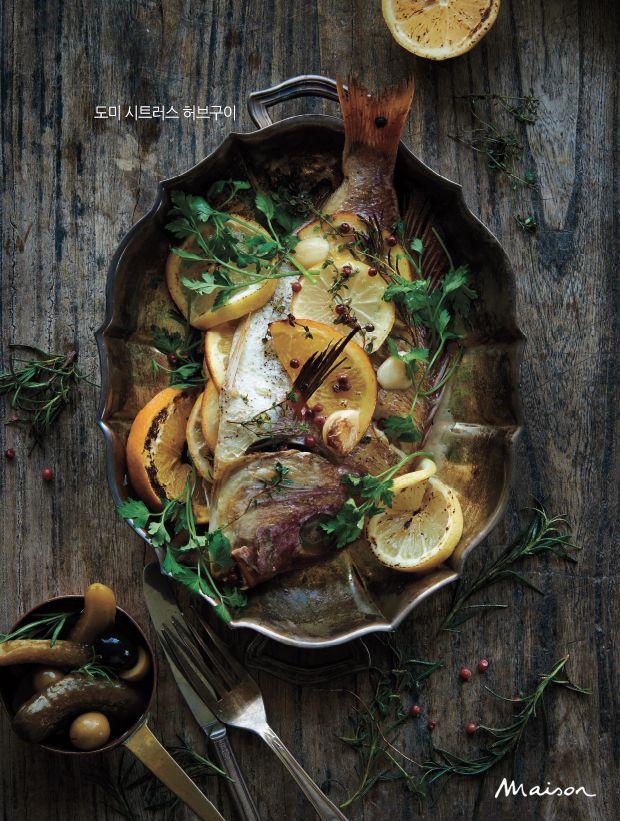 겨울은 생선이 한창 물이 좋을 때다. 식탁에서 자주 만나는 친근한 생선을  반찬이 아니라 요리로 즐겨본다. 시트러스로 마리네이드해 그릴에 굽는 서양식, 새콤한 소스와 향신료를 풍성하게 곁들인 동남아식 등 다양한 조리법으로 만나는 일품 생선 요리.