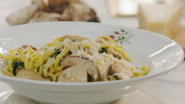 Dit is een rijk, vol gerecht; paddenstoelen slorpen als een spons alle smaak en vet op. Witte wijn zorgt voor een zuurtje, een klontje boter maakt het romiger. Krullen parmezaan maken je saus compleet.