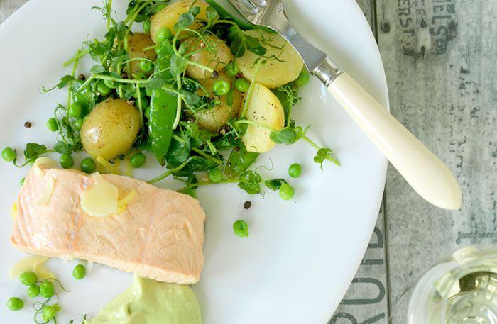 Somrigt recept på inkokt lax med ingefära, avokadomajonäs och ärtsallad