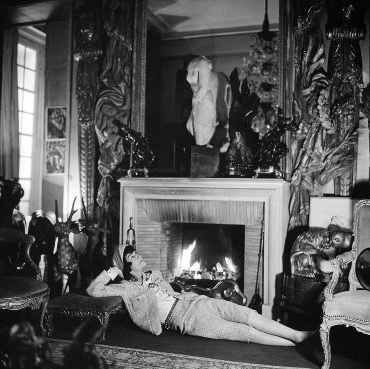 1959 -  Gabrielle Chanel devant la cheminée de l'appartement rue Cambon by Roloff Beny.