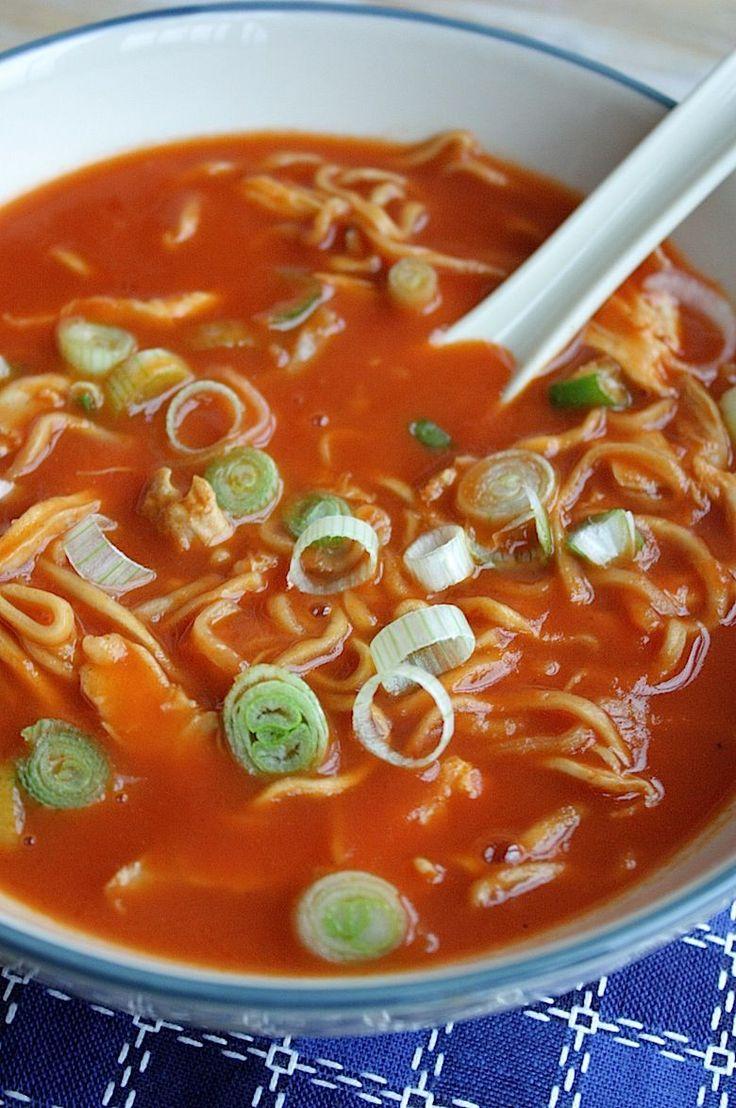 Chinese tomatensoep Wat je nodig hebt voor 1,5 liter soep  - 1 ui - 2 teentjes knoflook - 2 kippenbouten - 1 liter kippenbouillon - 140gr tomatenpuree - 1el olie (zonnebloem of arachide) - 2 volle el bloem - 1tl gemberpoeder - 100ml water - 1 blik gepelde tomaten met sap of 3 ontvelde tomaten in stukjes - 1el azijn - 4el gembersiroop - peper - zout - 100gr noedels of mie - 3 lente ui