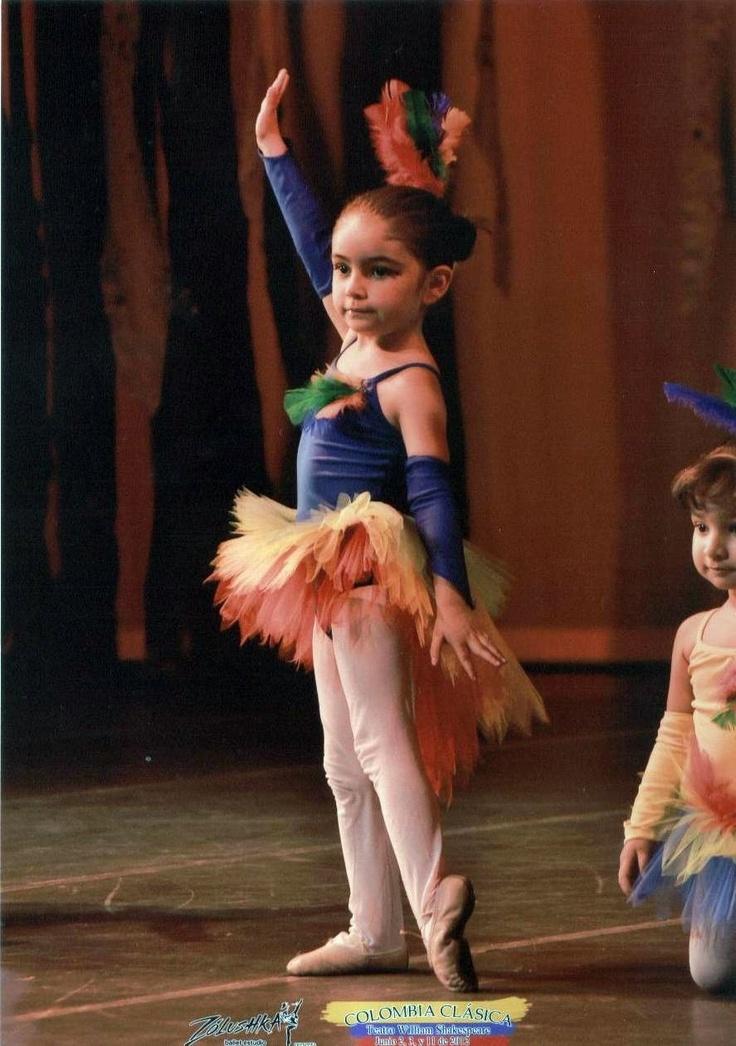 Violeta, la nieta, completamente comprometida con su papel de bailarina clásica