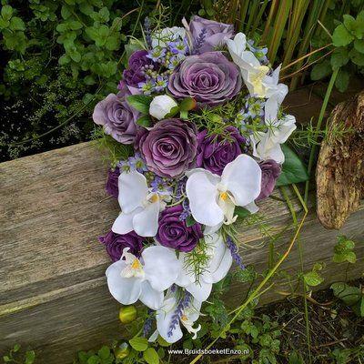 Zijde bruidsboeket met paarse en witte rozen. Ook wel kunstbloemen of nep bloemen genoemd. de boeketten bij ons zijn niet van echt te onderscheiden. kijk op onze site BruidsboeketDenHaag.nl of BruidsboeketEnzo.nl