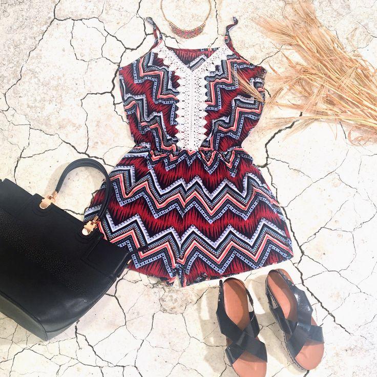 Compo de la modeuse style ethnique avec une combishort à motif des sandales noires, un sac à main noir et un collier.  #fashion #tendance #ethnique#style #compo#ootd#outfit#mode#inspiration
