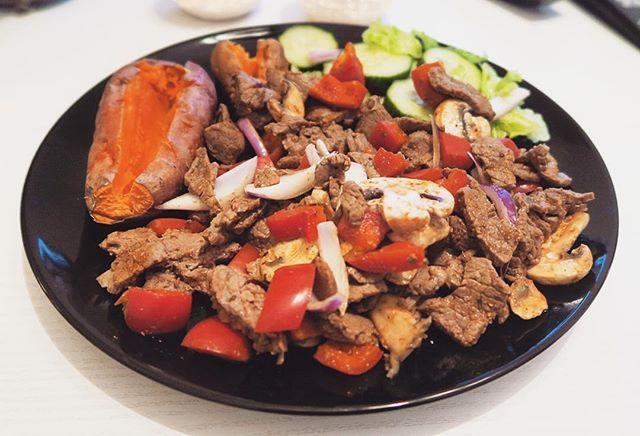 5 minuter till middag! Micrad sötpotatis, stekt & strimlad lövbiff/paprika, rödlök och champinjoner. Det jag vill nå ut med till mina klienter är att försöka hitta en livsstil där man hittar en kosthållning som funkar för just Dig. Att leva efter ett kostschema hela livet funkar inte, men att hitta lösningar med bra kost och framförallt VILJA äta bra mat, det är skillnad. Det är inte krångligare än vad du gör det till, men det kräver att du VILL äta bra mat. Så förse din kropp med bra…