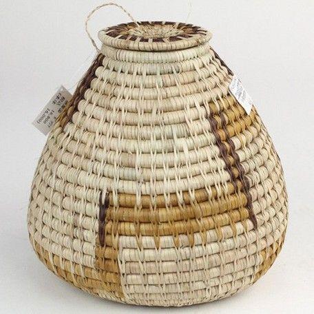 ボツワナの農業文化に欠かせないバスケットは先祖代々伝承されてきました。原材料のモコルワネ椰子は「象牙植物」と呼ばれるクリーム色で、若葉を細く裂いて乾し、植物の根・樹皮などで染色、複雑なデザインに編み上げます。模様はボツワナの伝統的な生活様式に関連したデザインで、制作に1カ月以上かかる場合もあります。ご紹介するバスケットはボツワナ国立バスケット展示会に出展されており、芸術性の高い高品質のバスケットです。【ボリュームディスカウント】下代18,000円以上(税抜)のご購入の場合は、下代より16%の値引きをいたします。但し、送料の無料ラインはボリュームディスカウント後の商品代金30,000円(税抜)以上で送料無料となります。