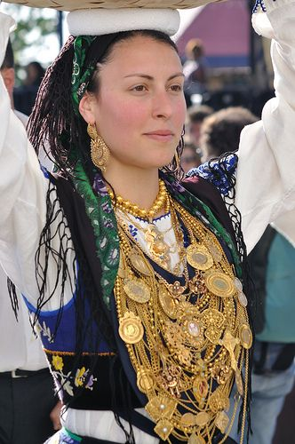 Typical clothing and wearing the filigree-Handmade Jewelry - Portufal