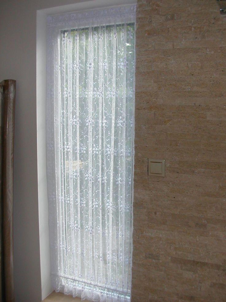 Előtér – Fúrás nélkül szerelhető vitrázsrúd fényáteresztő függönnyel, alul–felül feszített kivitelben