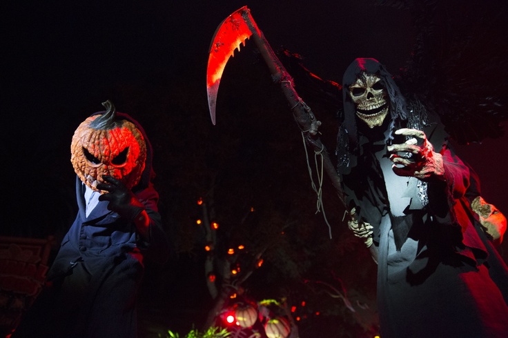 """HHN 22, Universal Studios Florida    Universal Orlando has just extended Halloween Horror Nights 22′s operating hours for Thursday, October 25th and Sunday, October 28th to 2 a.m.    """"More time means more horror and screams… Park hours have been extended to 2am for#HHN22this Thursday and Sunday."""""""