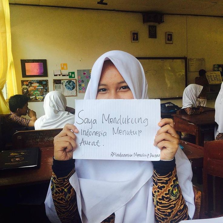 ". Ada sebuah percakapan singkat antara seorang gadis dengan ustazah.  Gadis ini pun bertanya.. . . ""Ustazah apa hadiah terbaik untuk seorang Ayah?"" Ustazah langsung menjawabnya ""Simple saja tutup aurat dengan sempurna."" Lalu gadis tersebut hanya terdiam.. :') . .  Follow dan Support @IndonesiaMenutupAurat . . #GerakanMenutupAurat #IndonesiaMenutupAurat #Hijab #Muslimah #Jilbab"