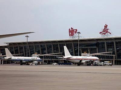 Dag 8 Xi'an - Guilin - Yangshuo Na het ontbijt wordt u naar de luchthaven van Xi'an gebracht waar u de binnenlandse vlucht naar Guilin neemt. Na aankomst wordt u naar Yangshuo gebracht. Vervolgens maakt u een tochtje per bamboevlot over de Li River. Tijdens deze tocht kunt u genieten van het prachtige landschap dat onder andere bestaat uit het typische karstgebergte.