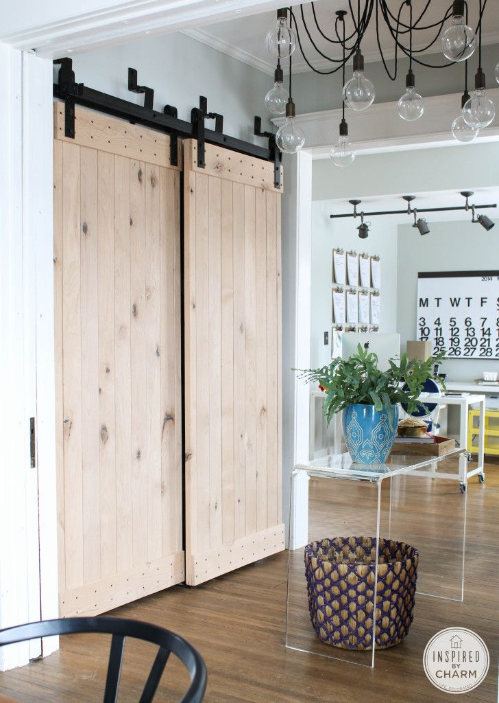 This #barndoor DIY with a bypass system (no extra room needed on the sides!) is a smart solution for apartment and small-space dwellers.   Inspired by Charm