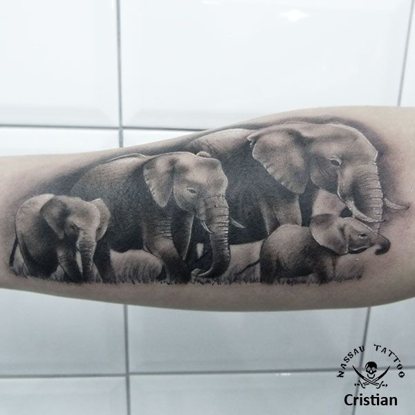 Tatuaje realista de elefantes. Hecho por Cristian en Nassau Tattoo.
