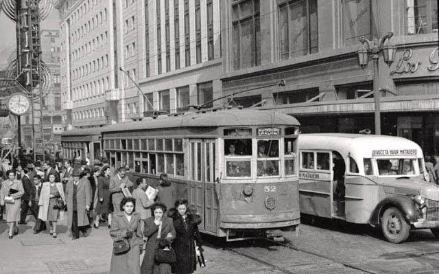 Tranvías eléctricos, buses y la multitud diaria de la esquina de Compañía y Ahumada, a la derecha la popular tienda Los Gobelinos. Archivo Fotográfico de Chilectra.
