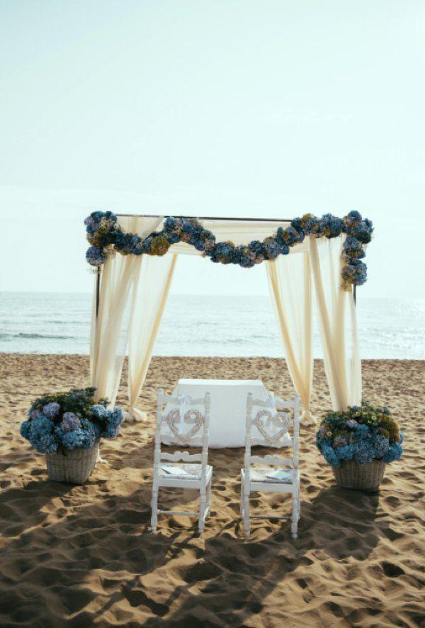 Sposarsi in riva al mare per un matrimonio in spiaggia, a piedi nudi sulla sabbia