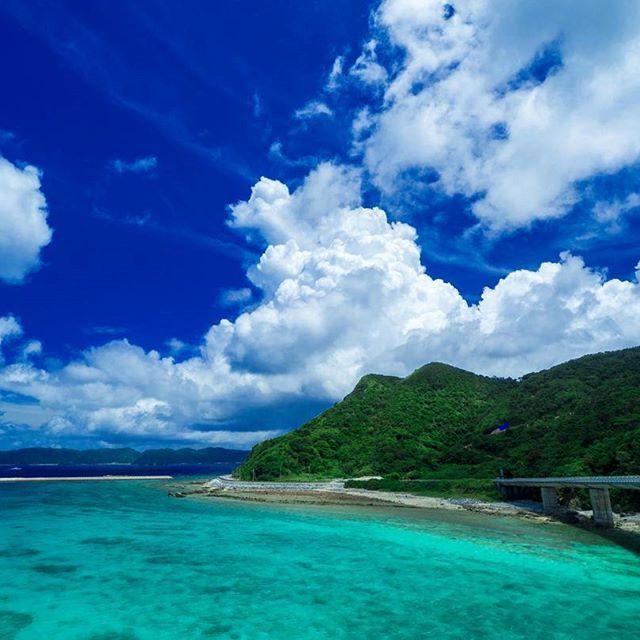 【okinawa_sukisuki】さんのInstagramをピンしています。 《. 「阿嘉島・阿嘉大橋」  蒼天に叢雲あらわる。…ってヤツでした😁笑✌  叢雲(ソウウン)…むらがり立った雲。むらくも。  ーーーーーーーーーーーーーーーーー  沖縄フォトコンペ LOVES_OKINAWA 𓇼follow→@loves_okinawa 𓇼tag→#loves_okinawa  ーーーーーーーーーーーーーーーーー  東京・沖縄モデル募集中▶DMどぞ ポートレート用サブアカ @oochan_room  ーーーーーーーーーーーーーーーーー  #阿嘉島#阿嘉大橋#沖縄#okinawa #ファインダー越しの私の世界#被写体募集 #写真好きな人と繋がりたい#撮影モデル募集 #石垣島#宮古島#カメラ男子#カメラ女子#一人旅 #whim_life#igersjp#東京カメラ部#ミラーレス #love#happy#beach#sky#japan#landscapes #オリンパス#ゴープロ#ビーチ#空#海#風景》