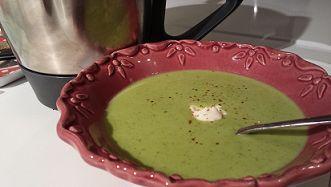 Soupe petits pois- courgettes: 2 oignons 40 g de beurre 200 g de courgettes 300 g de petits pois surgelés 500 g d'eau 150 g de crème liquide 2 kiri Sel Poivre Piment d'Espelette