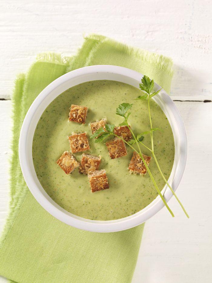 (Wild-)Kräutersuppe mit Käsecroûtons | Das Hirsemehl in der Suppe enthält viel Kieselsäure, die sich positiv auf Haut, Haare und Bindegewebe auswirkt.