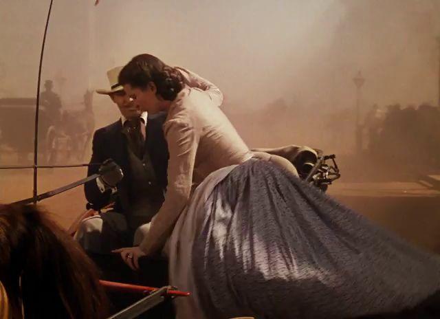 ELFÚJTA A SZÉL 1 . rész Az amerikai polgárháború idején játszódó történet főhőse egy georgiai ültetvényes gyönyörű lánya, Scarlett O'Hara (Vivien Leigh). A tüzes és makacs teremtés hiába szerelmes a szomszéd birtokos legidősebb fiába, Ashley-be (Leslie Howard), a fiatalember mégsem őt, hanem unokatestvérét választja. Házasság és pusztulás, születés és halál kíséri végig Scarlett életét, melyben egy különös férfi, Rhett Butler (Clark Gable) válik főszereplővé.