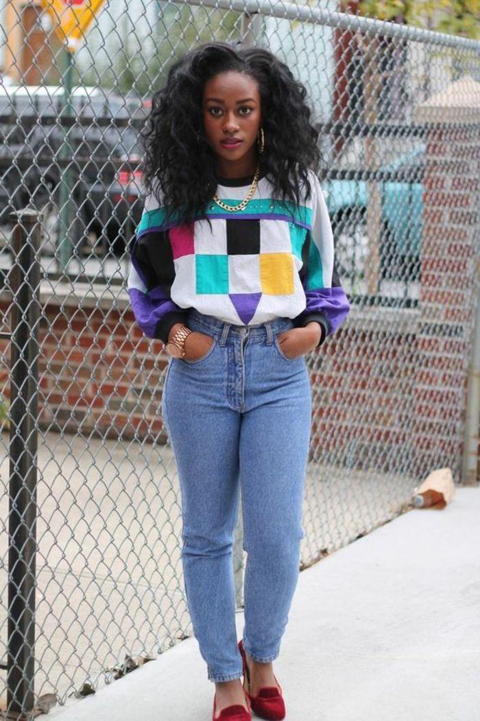 Die 80er Frau Gewaschene Jeans Rote Veloursschuhe Bunte Bluse Mit Neonfarben Goldene Halskette Black 80s Fashion 80s Fashion 80s Fashion Trends