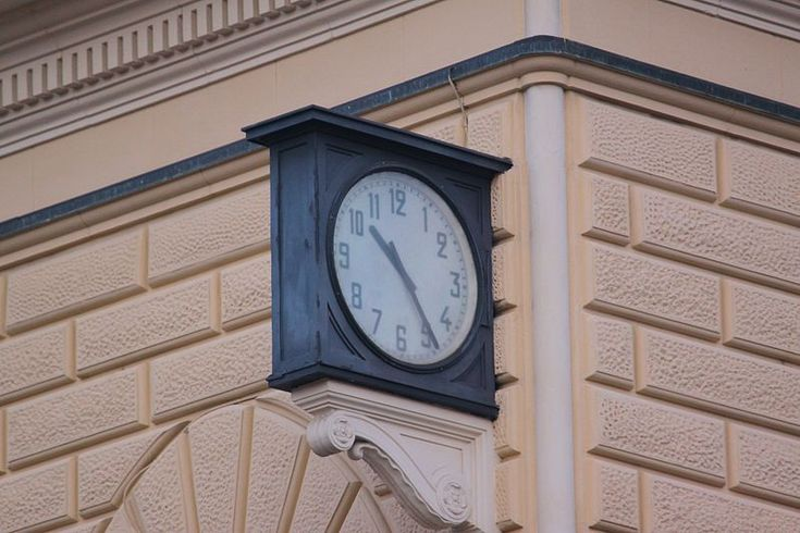 Station clock, permanently fixed at 10:25 am in memory of the time of the massacre. The watch was repaired and restarted, but the city of Bologna wanted it to be stopped again at the time of the massacre.