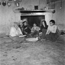 Sardegna 1959 Bambini che dormono sui pagliericci, donne che lavano i panni al fiume o portano l'acqua a casa con le brocche in testa. E' la Sardegna poverissima della zona della Baronia    #TuscanyAgriturismoGiratola