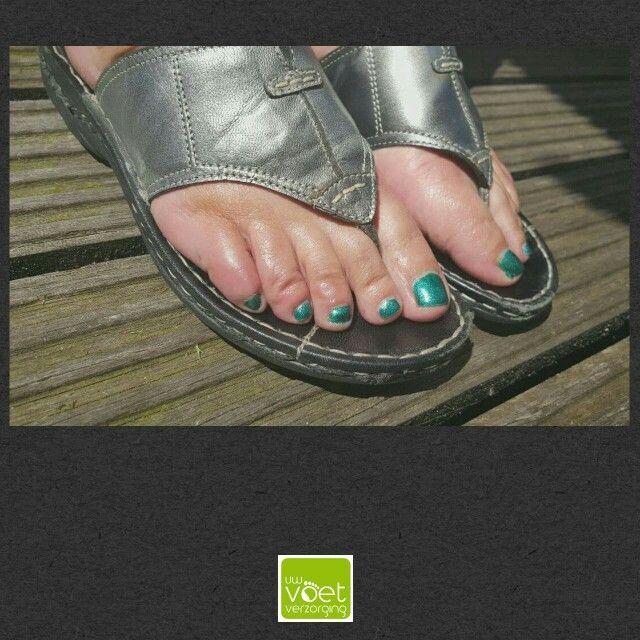 Sprankelende zomervoeten! #gelpolish #Magnetic #MandFGreen  www.uwvoetverzorging.nl