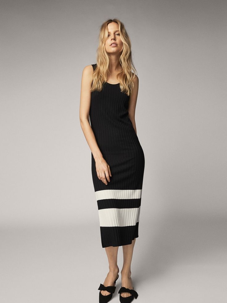 Vestido en canalé con detalle de raya en contraste. Corte recto, escote redondo, sin mangas y bajo con una abertura lateral. El largo de la prenda en la talla M es de 126,8 cm.