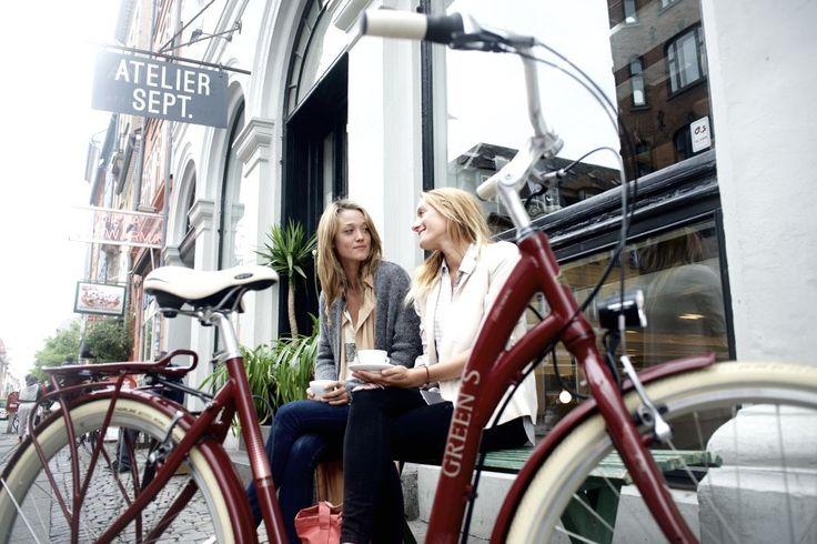 #Greens #City #Balmoral #women #Shooting mit #Models #Kopenhagen #Dänemark #dark #red #Shimano #Fahrrad #20Lux #Kettenschutz #Nabenschaltung #8gang #Rücktritt #Aluminium #Rahmen #28Zoll #Schwalbe #Reifen mehr auf www.greens-bikes.de oder Ihrem #Händler