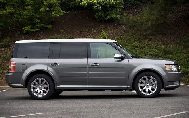 """Amber Alert: Child abduction 2017.01.24; Norcross, Gwinnett County, Georgia: 4 year old victim (wearing pink at time of kidnapping) and 30 year old 5' 4"""" tall female perpetrator are both Hispanic. Vehicle is gray 2009 Ford Flex (similar to pictured here but color may be different gray); Georgia license plate #RCP9791. Call 911 if you see them."""