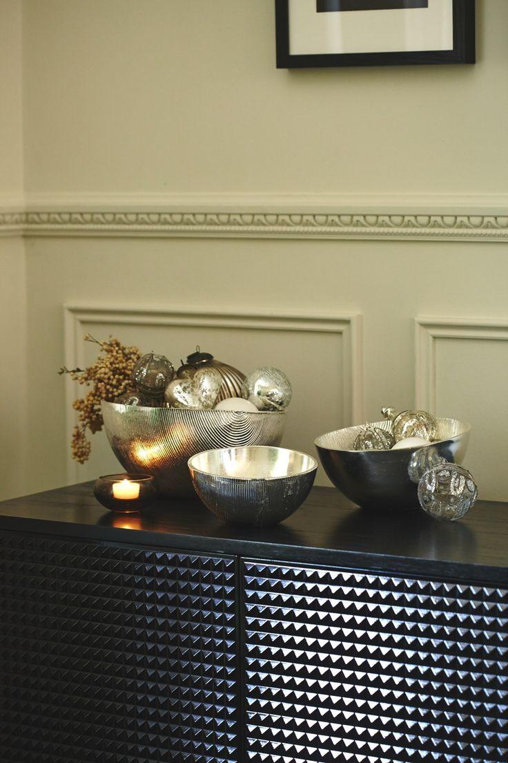 Рождественские игрушки, гирлянды, свечи-прекрасно украшают мебельный декор