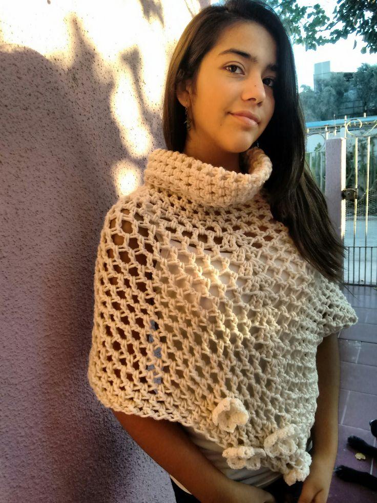 Poncho tejido a ganchillo color blanco invierno.