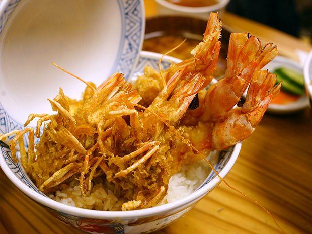 車海老の頭からしっぽまでサックサクカリカリ。浅草「まさる」の天丼は贅沢で不思議な天丼だった
