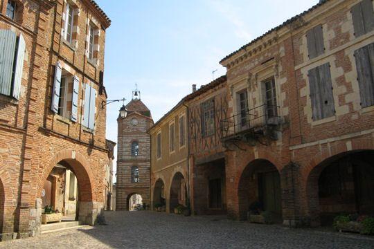 Auvillar et sa place de l'Horloge, Tarn et Garonne, France