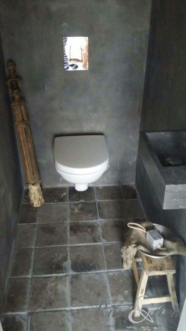 Mooi sober toilet met vloertegels van oude gesmoorde estriken