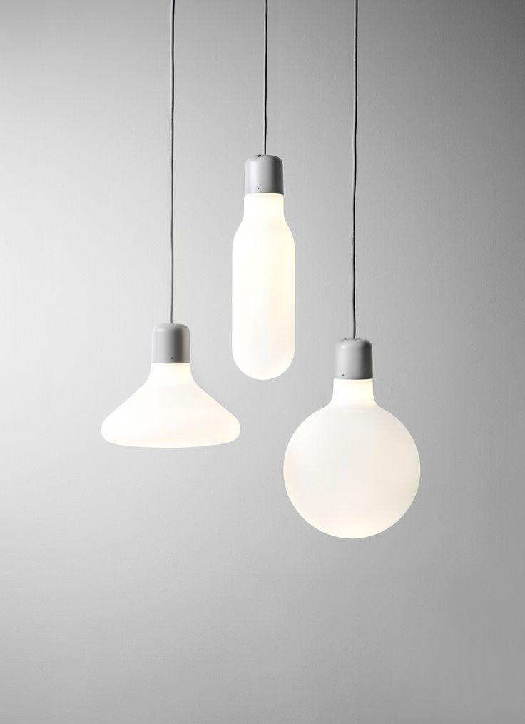 De Design House Stockholm Form Pendant Tube hanglamp is gemaakt van opaal glas, siliconen en plastic. De kap heeft een diameter van 12 centimeter en een hoogte van 43 centimeter. De bediening verloopt zoals bij veel hanglampen via een snoer zonder stekker. Deze hanglamp geeft indirect licht en is daardoor goed te gebruiken als basisverlichting. Type lichtbron: GU 10 Halo