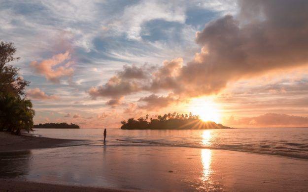 """""""El amanecer es el momento en el que nada respira, la hora del silencio. Todo está paralizado sólo la luz se mueve"""" -Leonora Carrington- :http://www.surferrule.com/surf-y-olas-445/"""